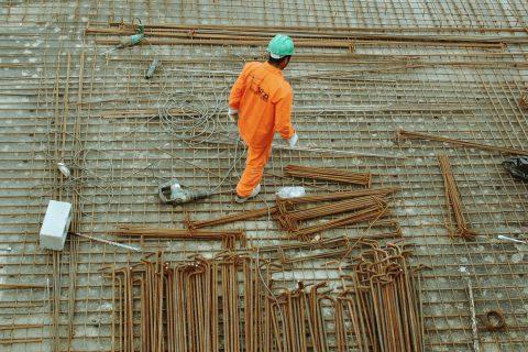 Bauarbeiter mit Helm bei der Arbeit