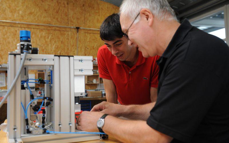 Zwei Angestellte des Unternehmens bei der Arbeit in der Werkstatt.