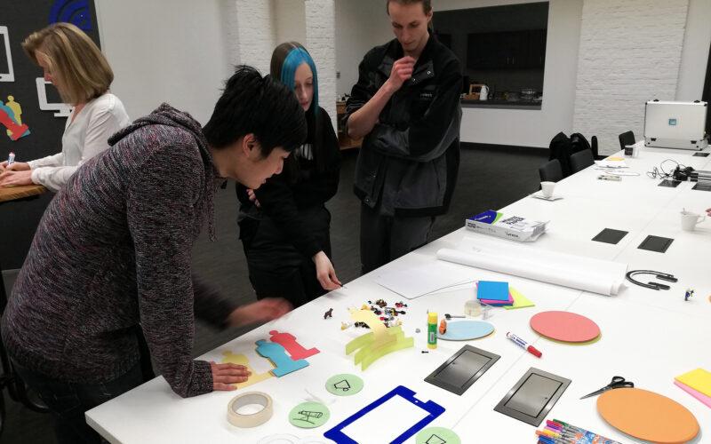 ein Tisch mit buntem Material zum Prototyping